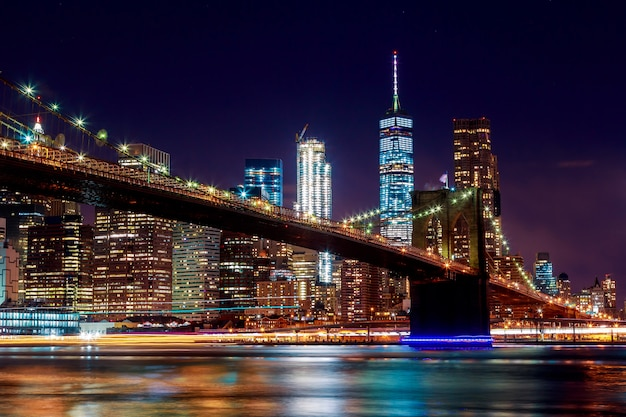 Brooklyn bridge at dusk viewed from the park in new york city. Premium Photo