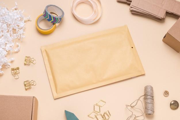 カラーデスクの茶色の泡封筒 Premium写真
