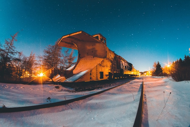 Коричневое здание в ночное время Бесплатные Фотографии