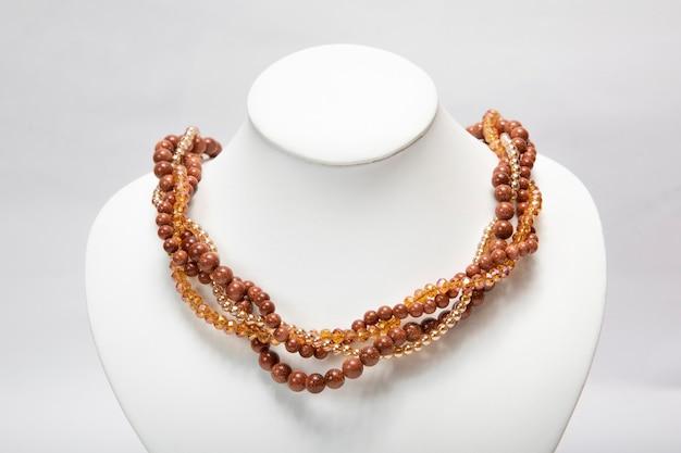 Collana di gioielli di colore marrone realizzata con pietre. Foto Gratuite