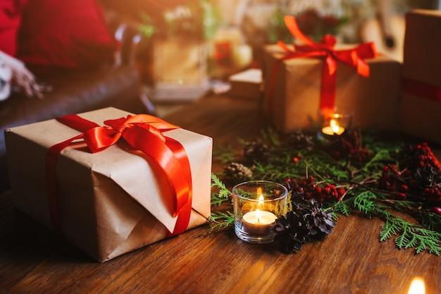 촛불 옆에 갈색 선물 프리미엄 사진