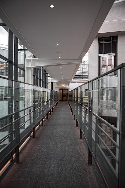 Corridoio marrone e grigio con finestre in vetro Foto Gratuite