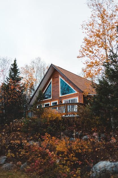 Casa marrone circondata da alberi durante il giorno Foto Gratuite