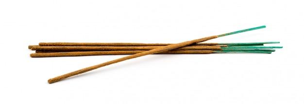 Коричневые индийские ароматические палочки, изолированные на белом фоне Premium Фотографии