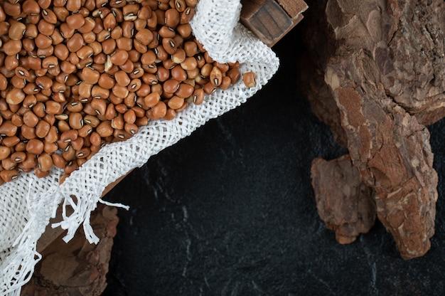 黒で分離された茶色のインゲン豆。 無料写真