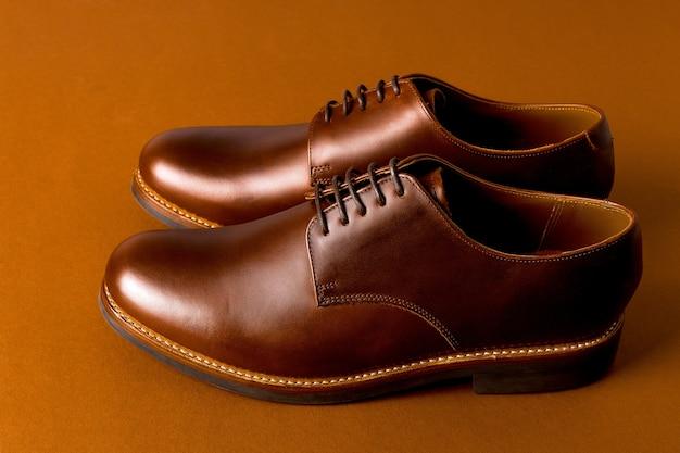 用紙の背景、コピー領域に茶色のオックスフォード靴。 Premium写真