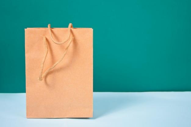 파란색 테이블에 갈색 종이 봉지 서. 프리미엄 사진