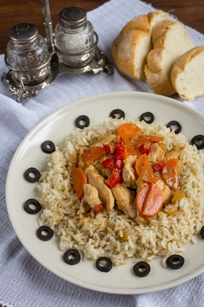 Brown rice with chicken and vegetables Premium Photo