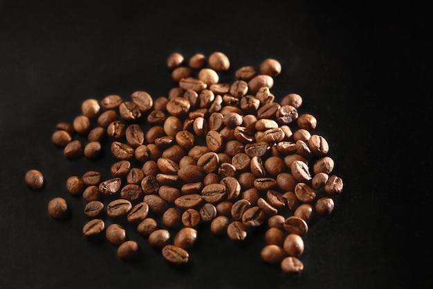 ブラウンローストコーヒー豆をクローズアップ Premium写真