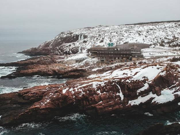 Formazione rocciosa marrone vicino al corpo idrico durante il giorno Foto Gratuite