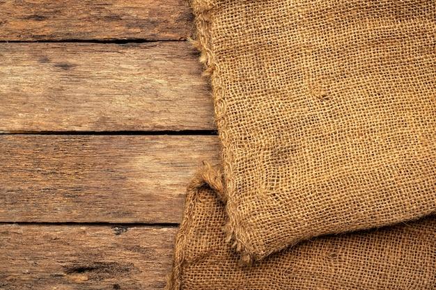 Коричневый мешок на коричневой деревянной панели. Premium Фотографии
