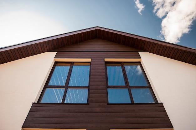 Коричневые окна в скандинавском стиле в частном коттедже Premium Фотографии