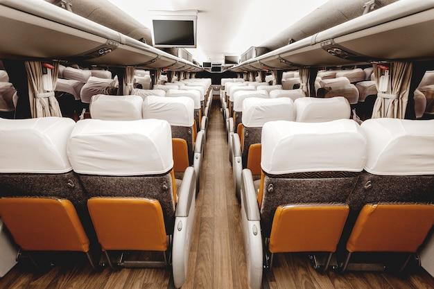 Sedili marroni di un moderno aereo interno Foto Gratuite