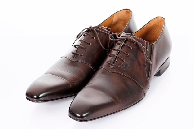 スタジオで白い背景に分離された茶色の靴 無料写真