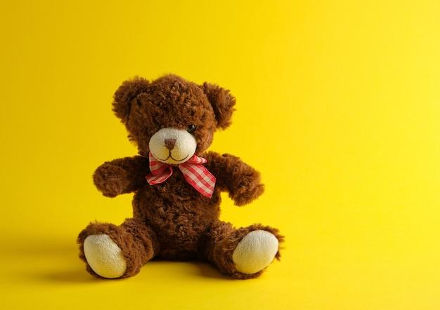 Brown teddy bear sitting Premium Photo
