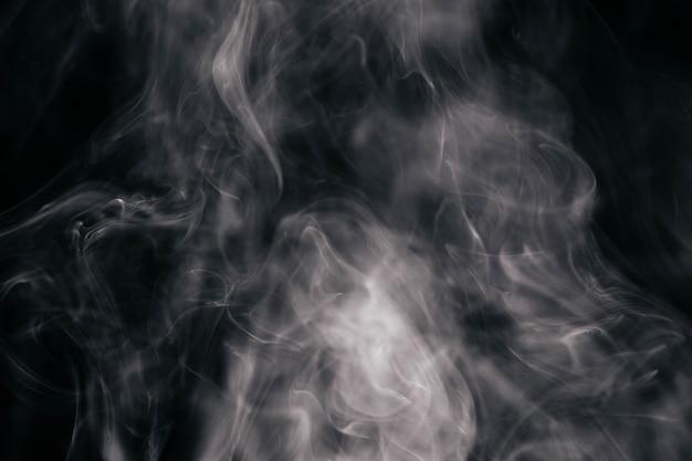 검은 바탕에 갈색 물결 모양의 연기 무료 사진
