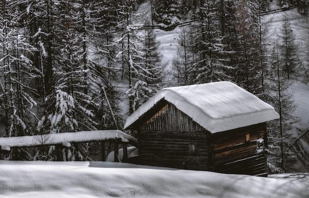 Granaio di legno marrone durante la neve Foto Gratuite
