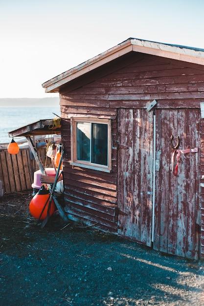 Casa di legno marrone vicino al corpo idrico durante il giorno Foto Gratuite