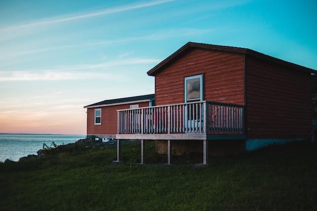 Коричневый деревянный дом у воды Бесплатные Фотографии