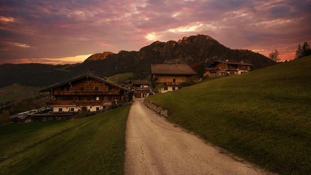 시골에서 갈색 목조 주택 무료 사진