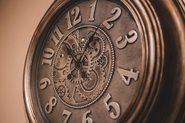 Orologio analogico tondo in legno marrone Foto Gratuite
