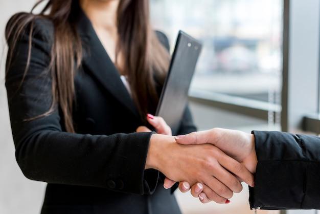 Brunette businesswoman making a negotiation Free Photo