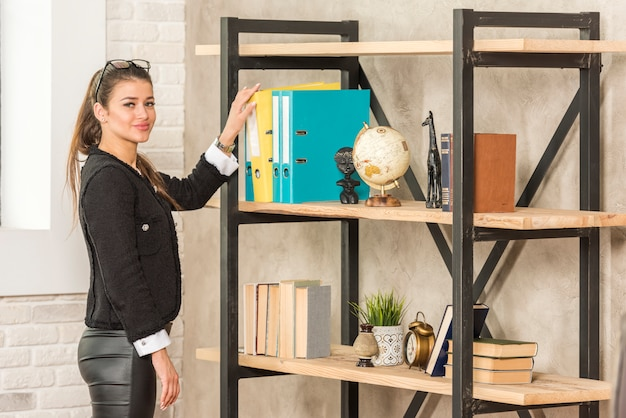 Brunette businesswoman taking folder Free Photo