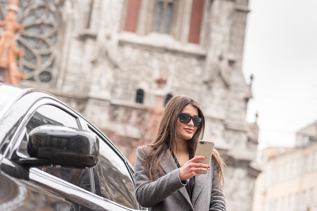 Brunette businesswoman with car Free Photo