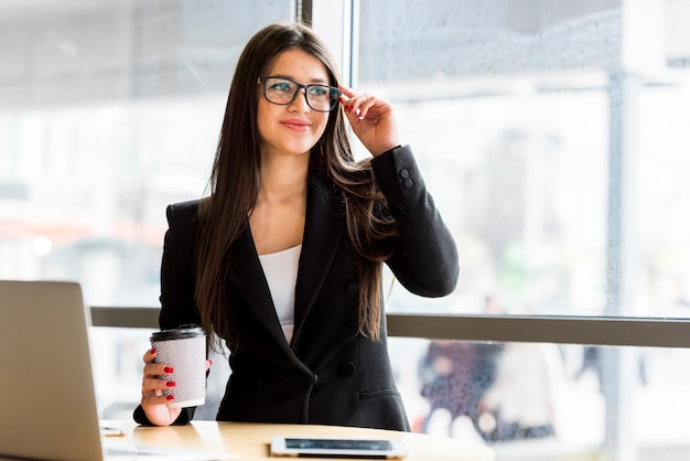Brunette businesswoman with coffee Free Photo