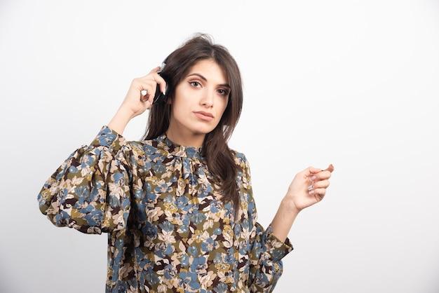 Donna castana che ascolta la musica con espressione seria. Foto Gratuite