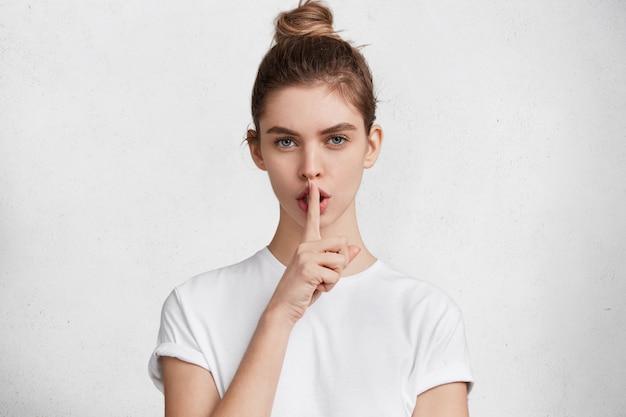 白いtシャツのブルネットの若い女性 無料写真