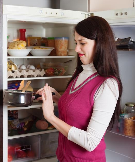 Женщина brunnette с грязной пищей Бесплатные Фотографии