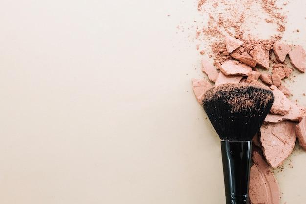 Brush on crushed powder Free Photo