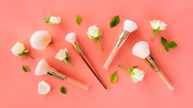Confezione di spazzole e rose Foto Gratuite
