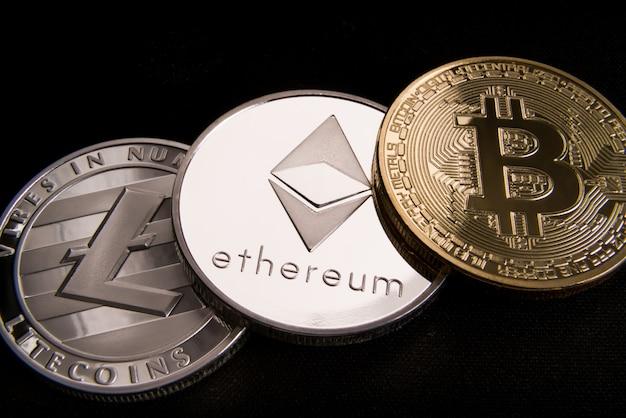 Концепция криптовалютной биткойны, btc, ethereum, litecoins, золотые и серебряные монеты Premium Фотографии