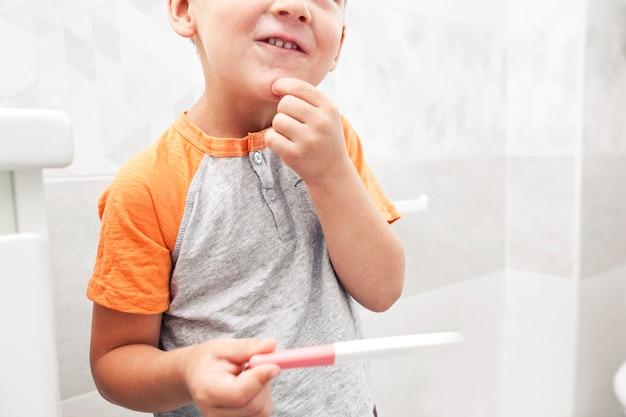 B子供は妊娠検査が陽性であることに気づき、それを調べましたが、それが何であるかわかりません。 Premium写真