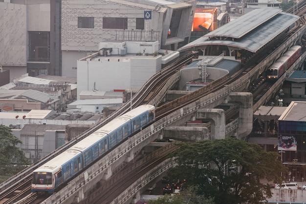 Пассажирский поезд bts, идущий до станции сиам с эффектом загрязнения воздуха, сделал видимость низкой. Premium Фотографии