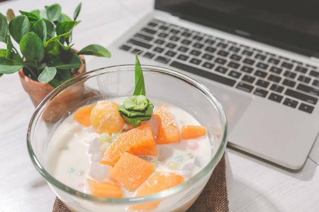 Тайский десерт bualoy в стеклянной чашке содержит пасту на столе Бесплатные Фотографии