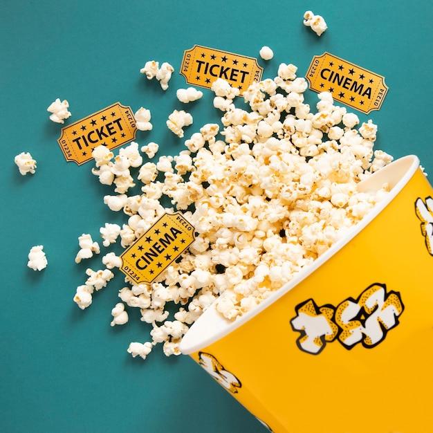 Ведро с попкорном и билетами в кино Бесплатные Фотографии