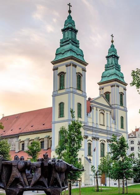 ブダペストハンガリー、聖母被昇天教会 Premium写真