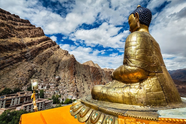 仏像とヘミス修道院。ラダック Premium写真