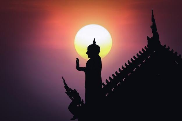 Статуя будды в храме, концепция дня вишакха буча и маха буча - изображение Premium Фотографии