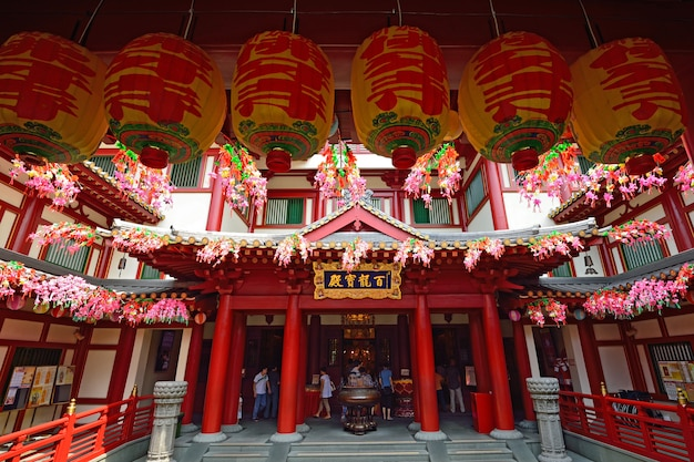 Buddha tooth relic temple in china town singapore Premium Photo