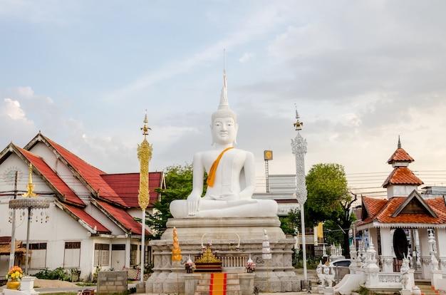 Buddist temple in lampang, thailand Premium Photo