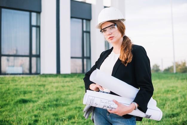 Женщина-строитель с бумагами Бесплатные Фотографии