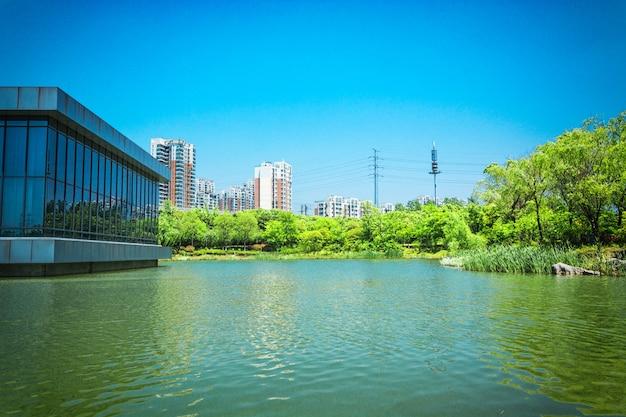 Edificio e lago Foto Gratuite