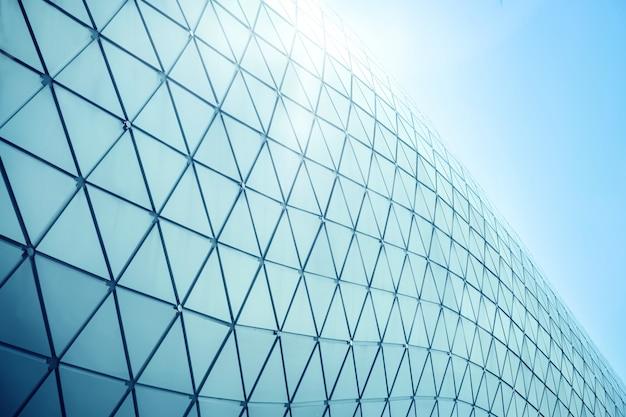 Строительные конструкции из алюминиевого треугольника геометрии на фасаде современной городской архитектуры Premium Фотографии
