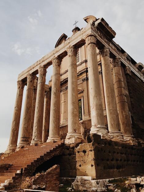 Здание с колоннами в римском форуме Premium Фотографии
