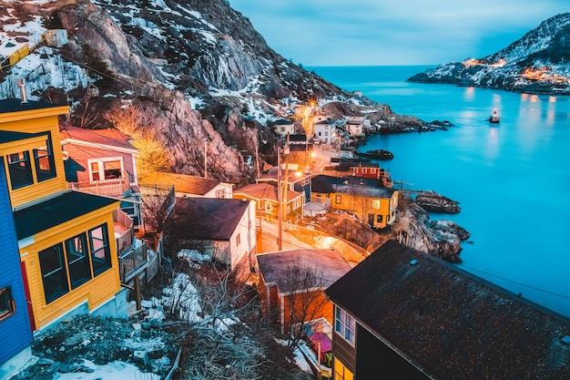 Edifici sulla montagna accanto al mare durante il giorno Foto Gratuite