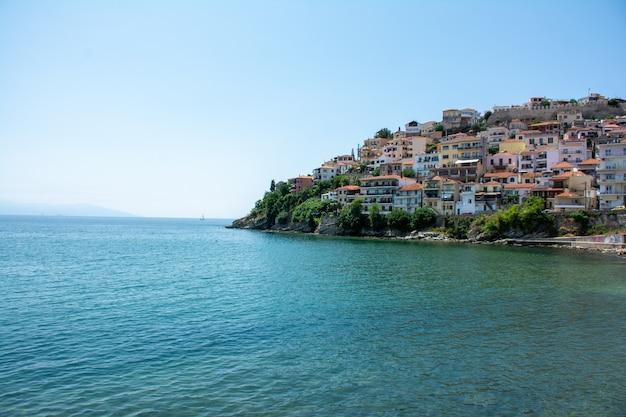 水に囲まれたギリシャ、カバラ市の建物 無料写真